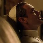 Velencében mutatkozik be Jude Law botrányos pápája
