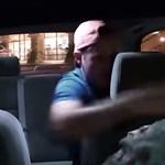 Videó: Uber-taxisra támadt egy utas