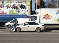 """""""Normális vagy?!"""" – autósok balhéztak Szegeden, egyikük a motorháztetőre esett"""