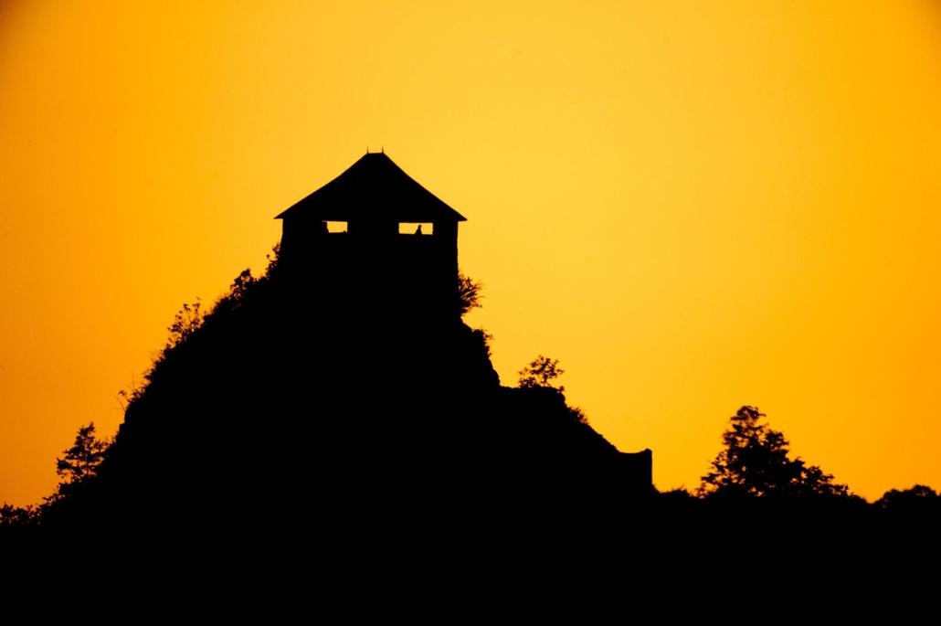 Salgó vára a lenyugvó Nap előtt Salgótarján közelében 2012. augusztus 20-án.