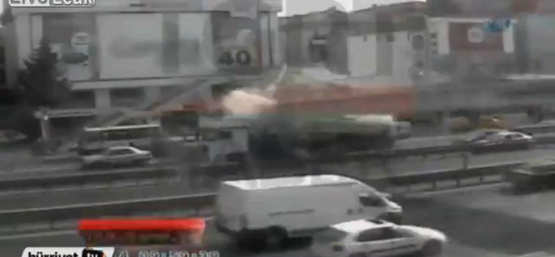 Tartálykocsi szakított le egy felüljárót, egy halott – videó