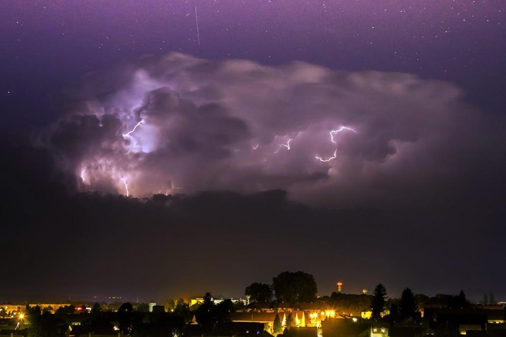 mti. Vihar Vasvár térségében 2014.08.14. Meteorit a légkörben Vasvár térségében, ahol egy szupercella halad el 2014. augusztus 13-án éjjel. Az országon átvonuló viharzónát felhők közötti villámok kísérték.