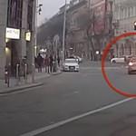 Videó: A szembe sávban előzte meg a teljes kocsisort egy autós a Deák téren