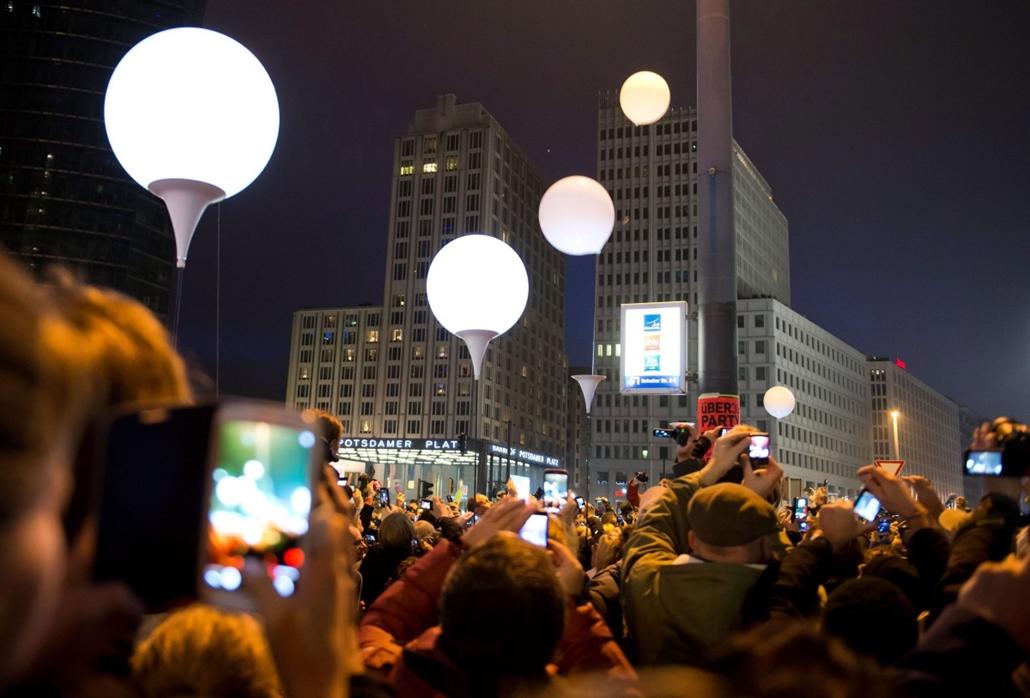 AP!!! november 18-ig!!! Berlini fal leomlásA 25 éve 2014.11.09.Németország 25 évvel ezelőtti újraegyesítésére emlékezve a magasba eresztik a berlini fal nyomvonala mentén elhelyezett világító léggömböket a német fővárosban 2014. november 9-én, a fal ledön