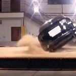 Még a törésteszten is alig bírták felborítani a Tesla Model X-et - videó