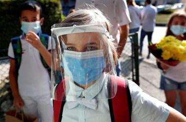 Mentesülhetnek a korlátozások alól a beoltottak Romániában, eltörölnék a regisztrációt is
