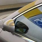 Lebukott egy bíró: más nevére szóló rokkantkártyával parkolt