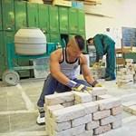 Gyorsabban emelkedett a fizikai munkások bére, mint a középvezetőké