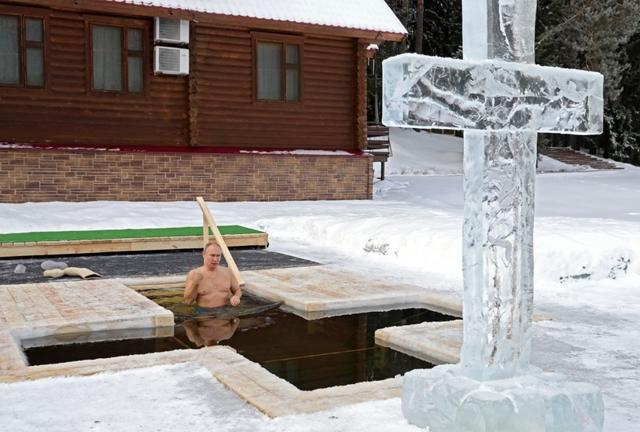 Vlagyimir Putyin -20 fokban merült jéghideg vízbe