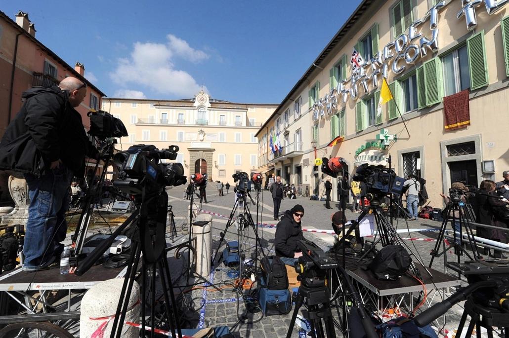 Lemond a Pápa, XVI. Benedek Pápa,Castel Gandolfo, 2013. február 28., Tévéstábok a pápai nyári rezidencia előtt, a Rómától délre fekvő Castel Gandolfóban 2013. február 28-án. Délután ide érkezik, majd este lemond XVI. Benedek pápa, aki a pápasága utáni els