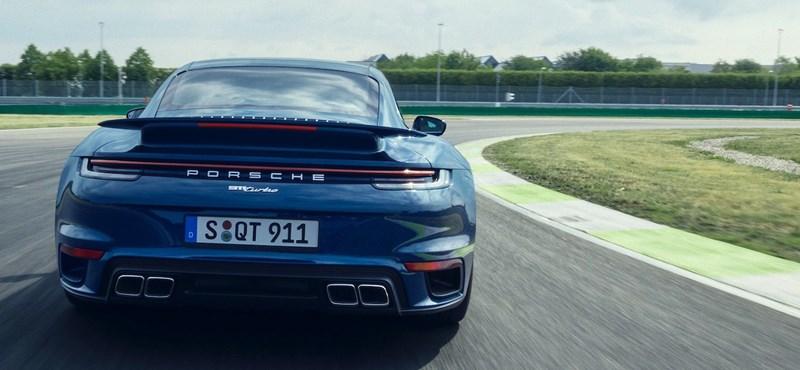 Itt a gyengébb Porsche 911 Turbo, ami még mindig 580 lóerős
