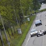 Elképesztő, egy Forma-1-es gép húzott el az autópályán közlekedő kocsik közt - video
