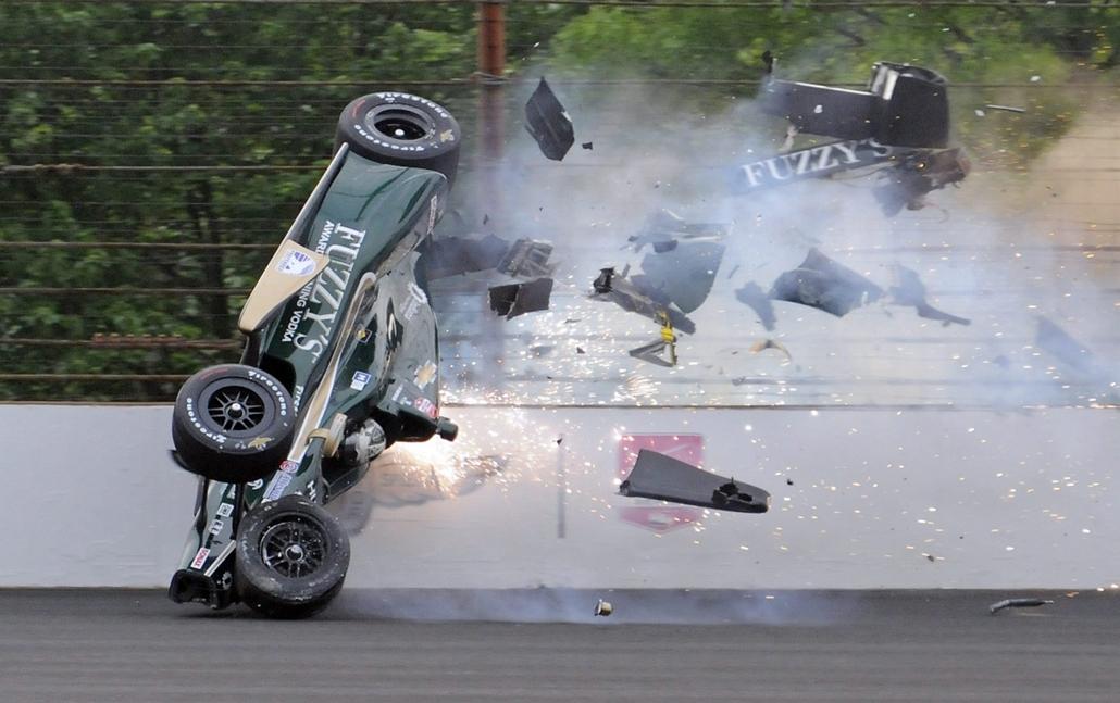 AP_! - máj.31-ig_! - 15.05.17. - Indianapolis, USA: Ed Carpenter amerikai autóversenyző a kerítésnek ütközik egy edzésen az Indianapolis 500 elnevezesű gyorsasági autóversenynek otthont adó indianapolisi pályán