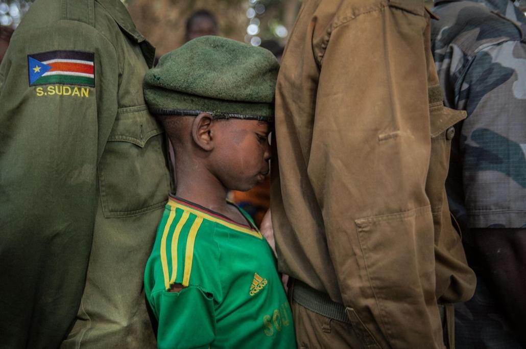 afp.18.02.07. gyerekkatonák várnak, hogy sorra kerülhessenek a regisztrációnál a dél-szudáni yambioi ceremónián február 7.-én. A gyerekek segítséget kapnak, hogy visszailleszkedjenek a társadalmba