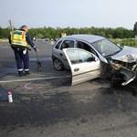 Fotó: Kitépte a kocsi kerekét az ütközés az 51-esen