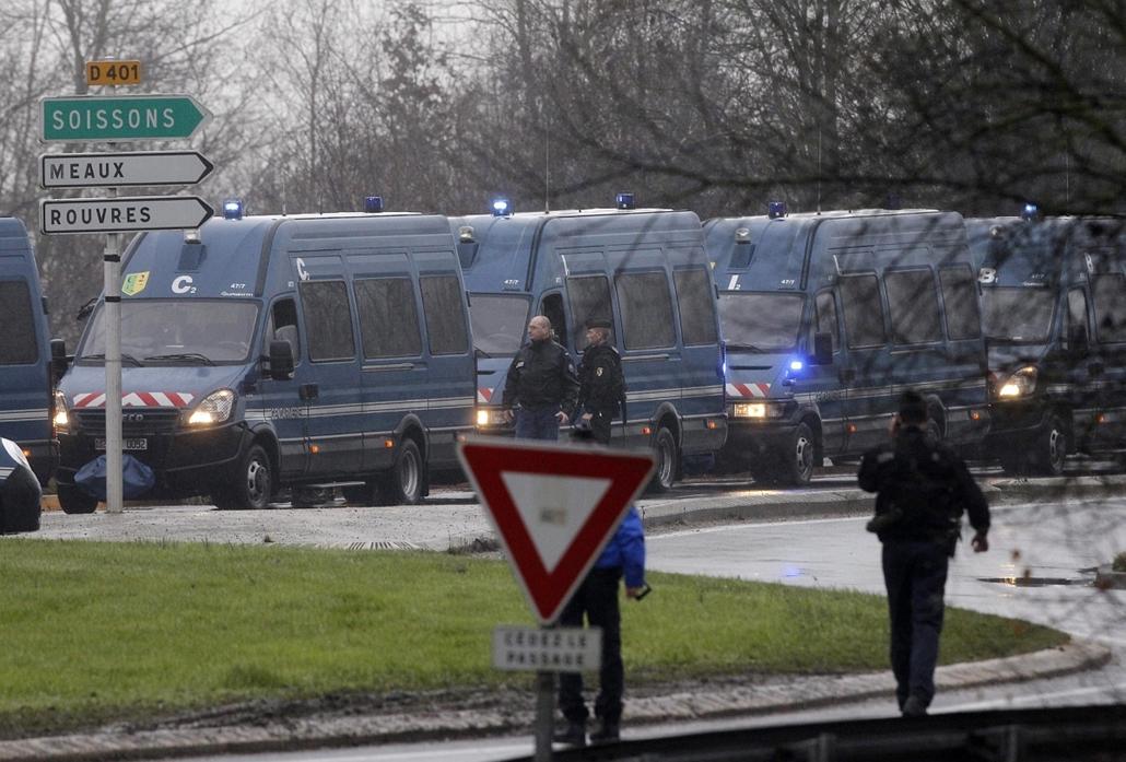 AP!!! január 20-ig!!! lövöldözés Párizsban, Párizsi vérengzés, Charlie Hebdo, Dammartin-en-Goele, 2015.01.09.Rendőrségi járművek zárják le a Párizstól északkeletre lévő Dammartin-en-Goele településre vezető utat, ahol egy nyomdaipari cég telephelyén lövöl