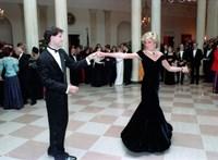 Eladó az éjkék ruha, amelyben Diana hercegnő Travoltával táncolt