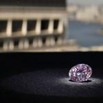 Fotó: óriás rózsaszín gyémántot árvereznek el Hongkongban