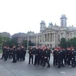 A rendőrség pár perc alatt kiürítette a Kossuth teret - élőzésünk a helyszínről