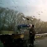 Lefejelte a nagypapa a száguldó kisteherautót – videó