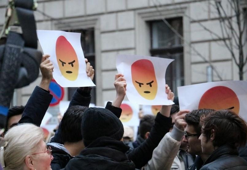 A Parlament előtt tüntetnek a diákok a 2020-as felvételi feltételek visszavonásáért