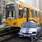Villamos ütközött autóval Budapesten