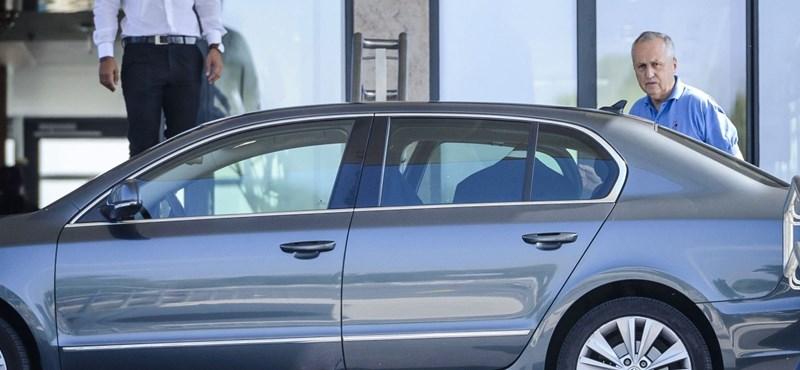 Úgy cserélgeti a kormány a hivatali autókat, mint más az alsógatyát