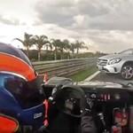 Szemben hajtott egy autós a forgalommal – de most egy versenypályán