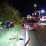 Képek is jöttek az éjszakai súlyos autóbalesetről