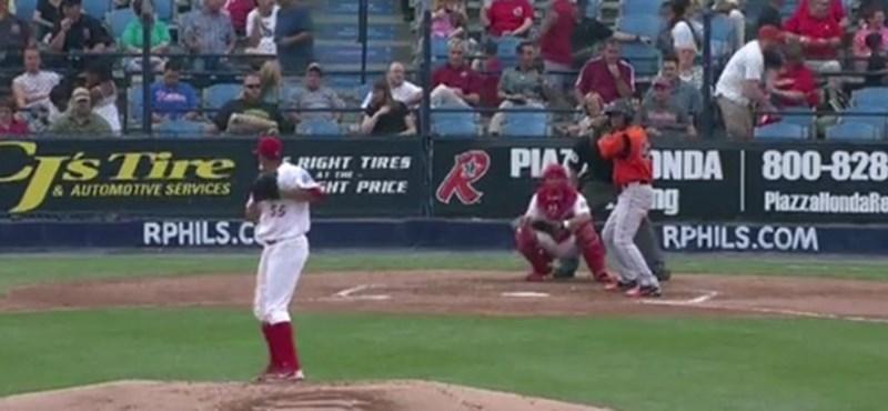Hihetetlen elkapás egy amerikai baseball meccsen - videó