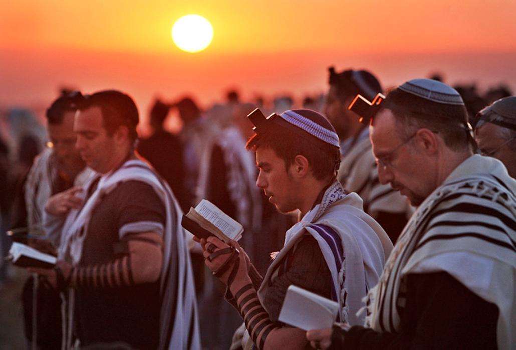 Ortodox zsidó hívők imádkoznak Efrata település mellett Izraelben.