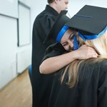 Egy egész egyetemi évfolyam tandíját kifizeti Hongkong leggazdagabb embere