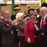Videó: Pacsi helyett mintha kolléganője mellét fogta volna meg a brit munkáspárti vezető
