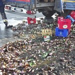 Ilyen, amikor az aszfalton végzi sok ezer sörösüveg – fotók