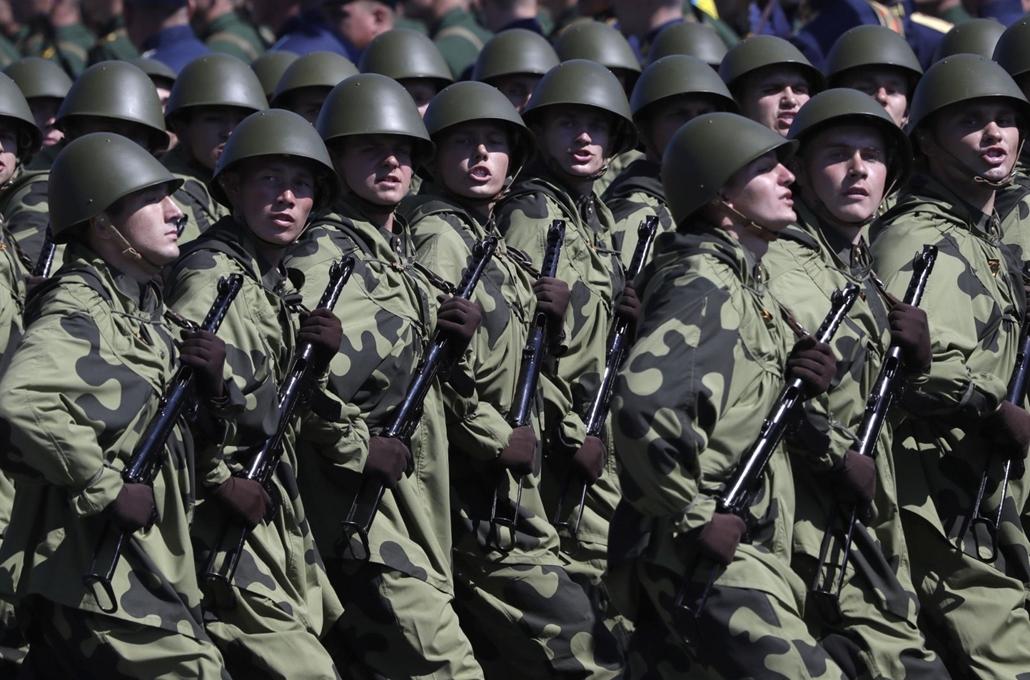 !AP! 20.07.23ig! mti.20.06.24. Második világháborús egyenruhát viselő katonák menetelnek a náci Németország felett aratott győzelem 75. évfordulója alkalmából tartandó katonai díszszemlén Moszkvában 2020. június 24-én