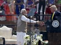 Nacionalista nagygyűlés tapsolt Trumpnak Indiában