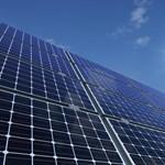 Ez az igazi rezsicsökkentés: van, ahol már egyenesen kötelező napelemeket szerelni a házakra