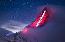"""Svájcban egy hegyre írták fel azt, hogy """"maradj otthon"""" – fotók"""
