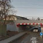 Aluljáróba szorult egy kisteherautó Szigetszentmiklóson, leszakadt a raktere