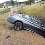 Csúnyán beleállt az árokba egy vadonat új BMW M4-es