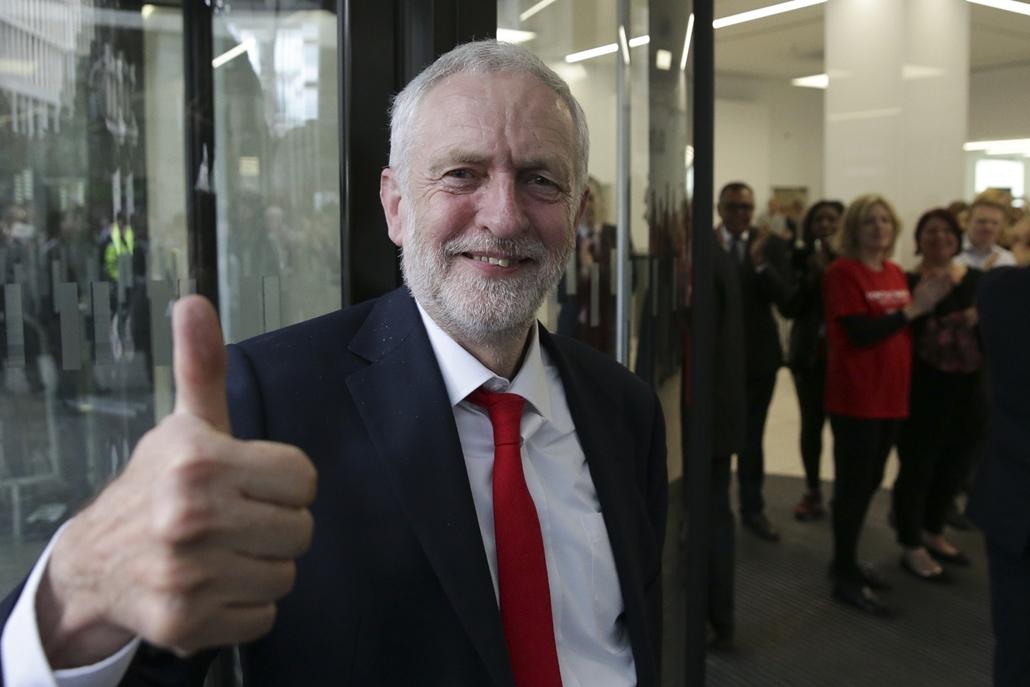 afp.17.06.09. - London -  Jeremy Corbyn érkezik a Munkáspárt főhadiszállására a brit választások másnapján