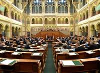 Miért jutalmazza a kormány azokat, akik elbocsátanak százakat? – Mészáros és Trianon a fő téma a parlamentben