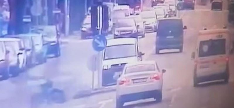 Egy videó szerint ágyúgolyóként száguldott a Rottenbiller utcai motorbaleset áldozata