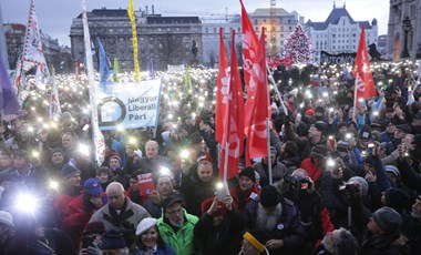 Több mint száz író áll ki a szombaton demonstrálók mellett
