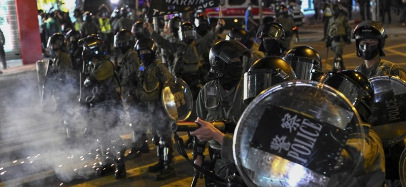 Tízezrek vonultak az utcára Hongkongban, összecsaptak a tüntetők a rendőrökkel