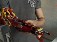 Ez a fiatal spanyol fiú jobb alkar nélkül született, úgyhogy épített magának egyet – legóból