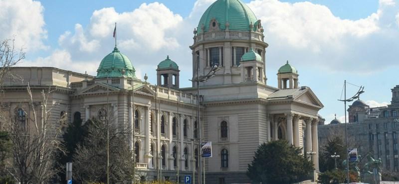 Öngyilkos lett egy férfi a szerb parlament lépcsőjén