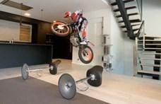 Egy triál motoros nem retten meg az otthoni karanténtól – videó