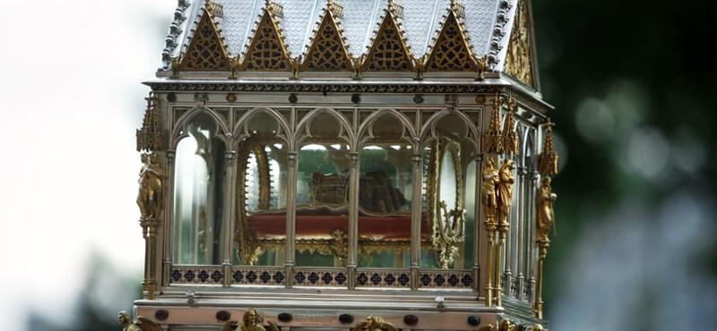 A kormány tízmilliókat pakolt át a Szent Jobb-díszkocsi rekonstrukciójára