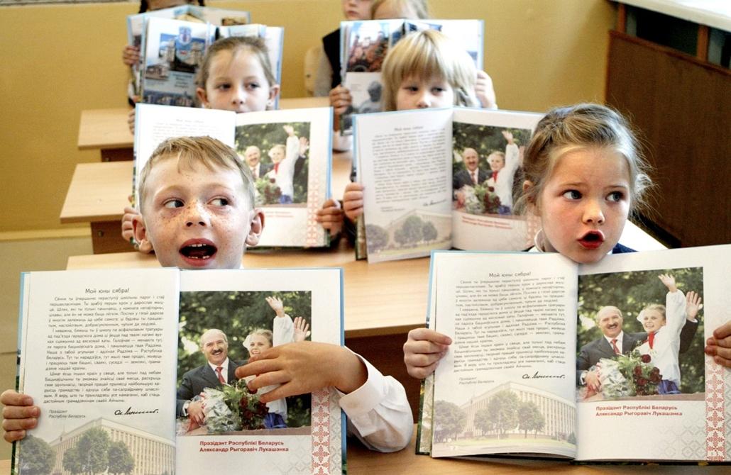 Fehéroroszország: gyermekek találkozása a fehérorosz elnökkel, Alekszander Lukasenkoval a himnusz éneklése közben. Lukasenko portréja a tankönyv első leckéjét gazdagítja. - 2005.aug.11. - könyv világnapja nagyítás